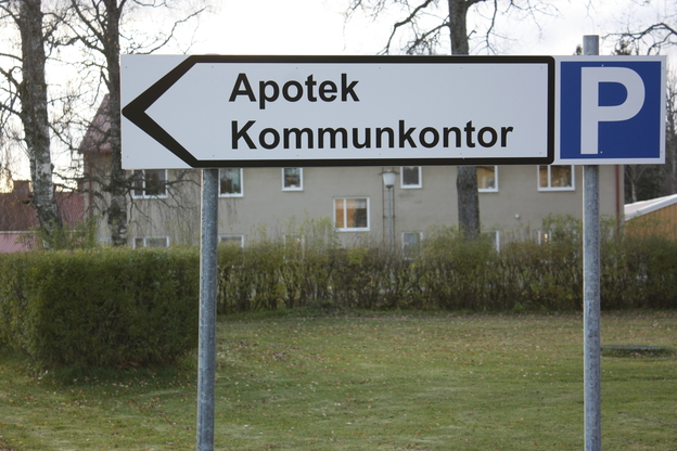 Väg och Parkeringsskylt Apoteket och Kommunhuset i Bjurholm